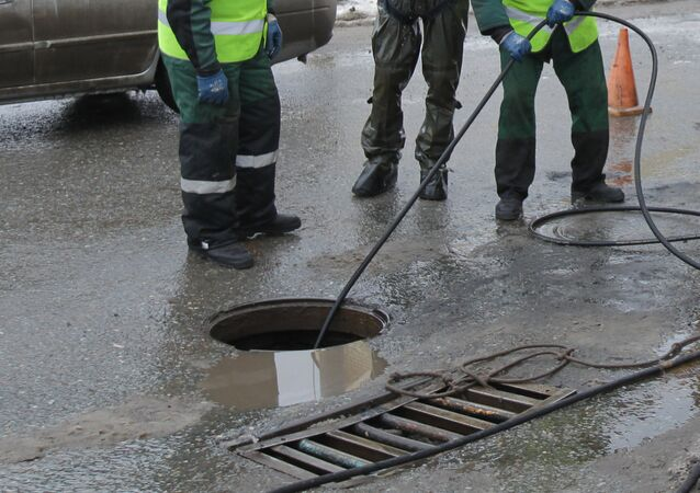 A volunteer woman, who participated in the search for a missing 10-year-old boy in the village of Cheremshan in Tatarstan, Russia, fell into a sewer and discovered the child trapped there