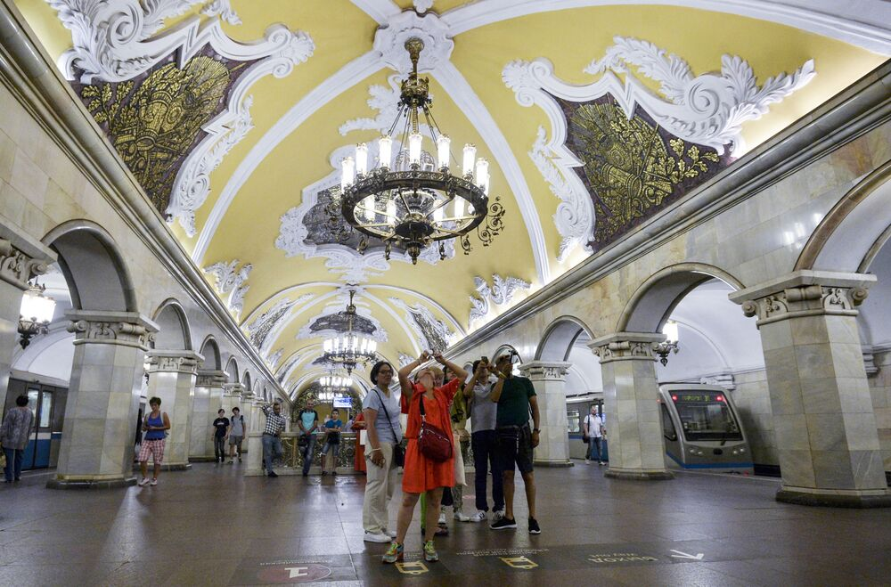 tourists at Komsomolskya (circle line) metro station