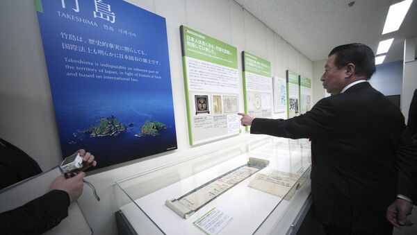 Tetsuma Esaki, minister in Charge of Territorial Issues, watches a photo of the island known as Takeshima in Japanese and as Dokdo in Korean, claimed by both Japan and South Korea, at the National Museum of Territory and Sovereignty in Tokyo Thursday, Jan. 25, 2018 - Sputnik International