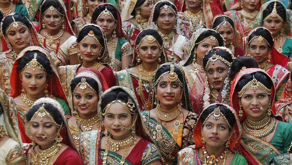 Indian brides pose for photograph before a mass wedding in Surat, India, Sunday, Dec. 24, 2017 - Sputnik International