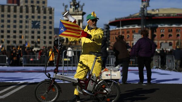 A man with an 'Estelada', the pro-independence Catalan flag, attached to his bicycle attends a concert in support of the politicians and civil leaders imprisoned at the Plaza Espanya square in Barcelona, Sunday, Dec. 3, 2017 - Sputnik International
