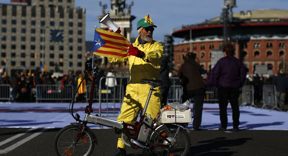 A man with an 'Estelada', the pro-independence Catalan flag, attached to his bicycle attends a concert in support of the politicians and civil leaders imprisoned at the Plaza Espanya square in Barcelona, Sunday, Dec. 3, 2017