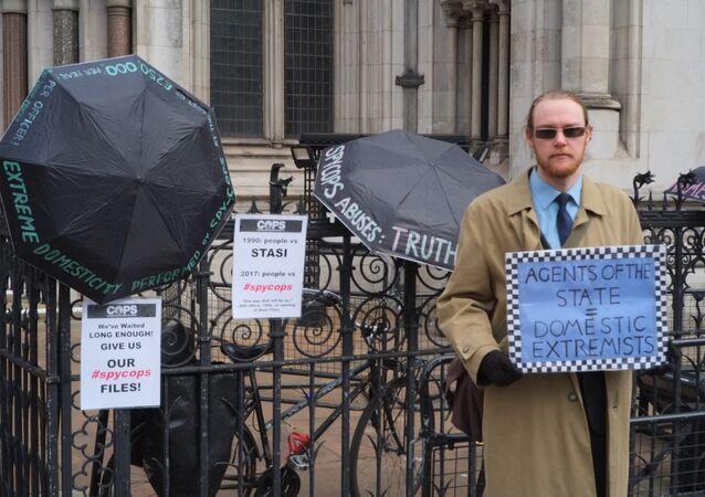 Victim of police spying waits outside Royal Court of Justice, London © Sputnik 2018