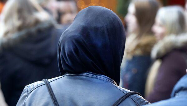 A Muslim woman walks over the Christmas market in Frankfurt, Germany - Sputnik International