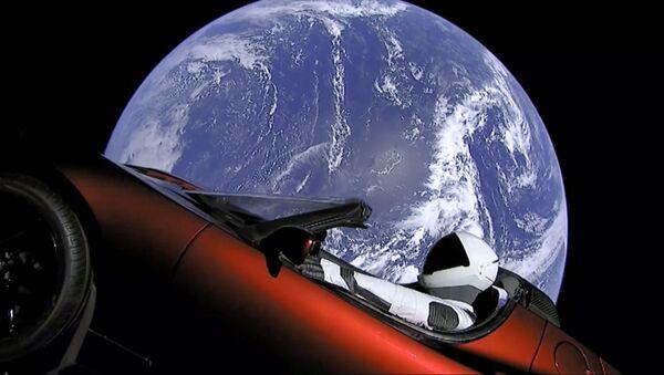 SpaceX запустила в космос ракету Falcon Heavy с кабриолетом Tesla - Sputnik International