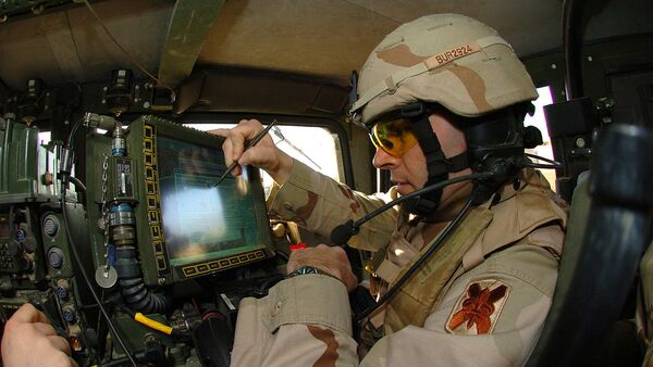 A U.S. soldier preparing his Blue Force Tracker before departing Camp Victory, Iraq in 2005 - Sputnik International