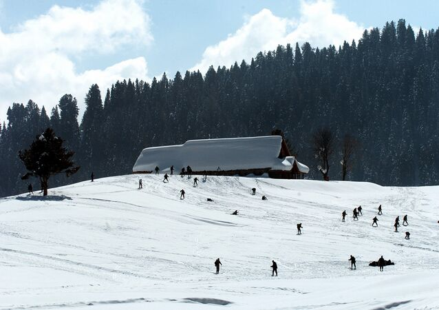 (File) Indian Army recruits from high altitude warfare school practice at the ski resort of Gulmarg on February 18, 2008