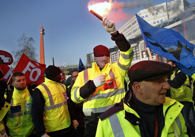 Air France employees demonstrate outside the French airline headquarters in Roissy, north of Paris, Thursday, Feb.22, 2018