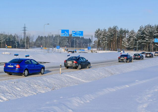 Estonians driving to Latvia in a rally to protest high excise taxes