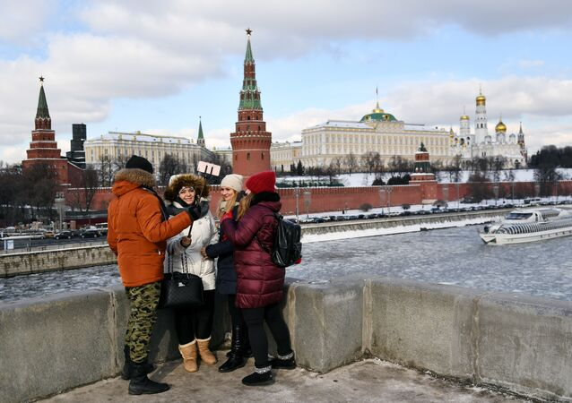 Passers-by on the Bolshoy Kamenny bridge in Moscow.