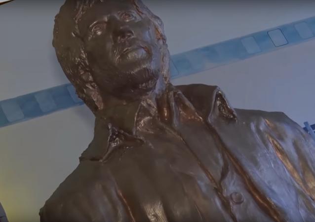 Chuck Norris statue