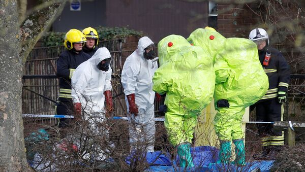 Officials in protective suits check their equipment before repositioning the forensic tent, covering the bench where Sergei Skripal and his daughter Yulia were found, in the centre of Salisbury, Britain, March 8, 2018 - Sputnik International
