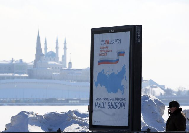 A billboard with the logo of the 2018 Russian presidential election, in Kazan. Background: the Qolşärif Mosque of the Kazan Kremlin
