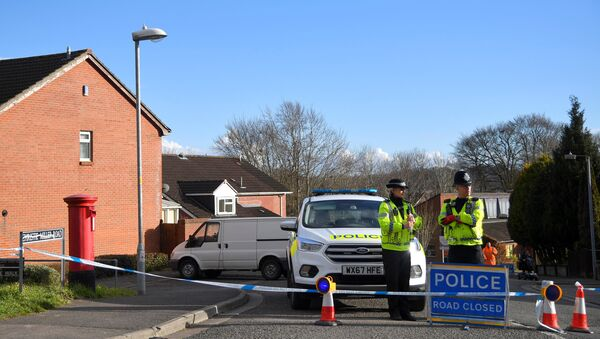 Police officers seal off the road on which Russian Sergei Skripal lives in Salisbury, Britain, March 7, 2018 - Sputnik International