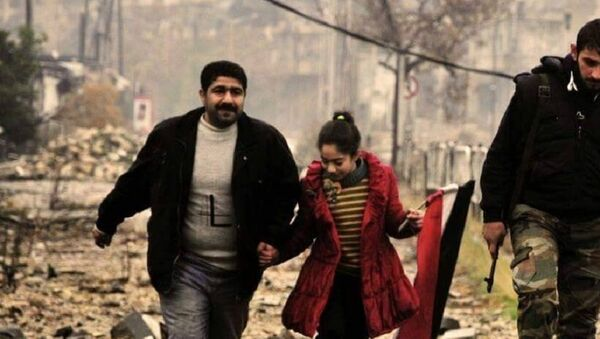 Civilians helped by Syrian Army in Aleppo - Sputnik International