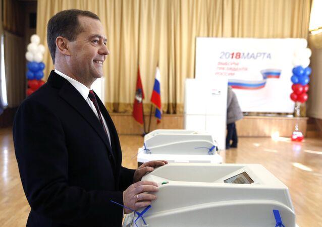 Премьер-министр РФ Д. Медведев принял участие в голосовании на выборах президента РФ