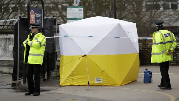 Police officers guard a cordon around a police tent covering a supermarket car park pay machine near the area where former Russian double agent Sergei Skripal and his daughter were found critically ill following exposure to the Russian-developed nerve agent Novichok in Salisbury, England, Tuesday, March 13, 2018 - Sputnik International