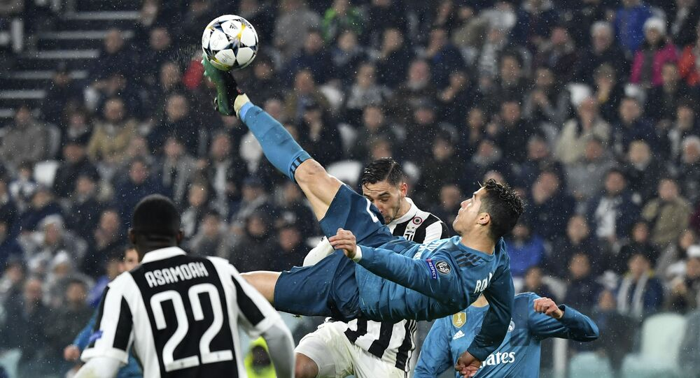 Real Madrid's Portuguese forward Cristiano Ronaldo (C) scores during the UEFA Champions League quarter-final first leg football match between Juventus and Real Madrid at the Allianz Stadium in Turin on April 3, 2018