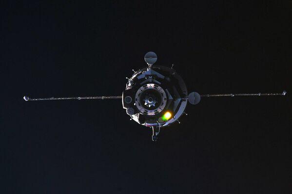 Soyuz Spaceship Linking Up to ISS - Sputnik International