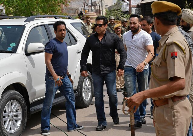 Bollywood actor Salman Khan (2nd L) arrives at a court in Jodhpur in the western state of Rajasthan, India, April 5, 2018