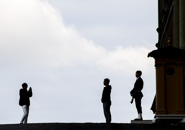 Tourists take photos next to a soldier of the royal guard guarding the Lejonbacken entrance of the Royal palace in Stockholm on October 19, 2016 (photo used for illustration purpose)