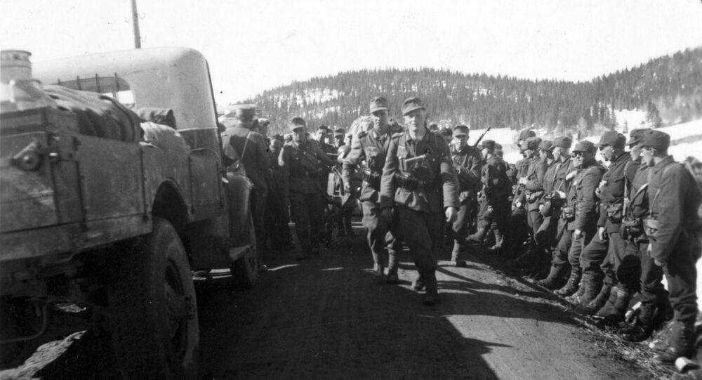 4. mai 1940. De forerste avdelinger av bergjegerne marsjerer forbi norske soldater som har kapitulert og står i veigrøftene. Sannsynligvis Kvam i nord-Trøndelag