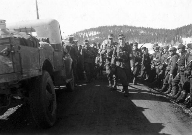 May 4, 1940. The present head departments of rock hunters march past Norwegian soldiers who have surrendered and are standing in the road ditches. Probably Kvam in the north of Trøndelag