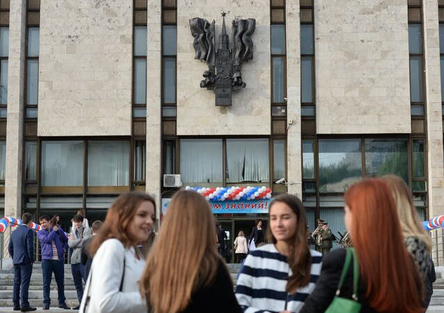 Students by the building of the Moscow State Institute of International Relations (MGIMO). File photo