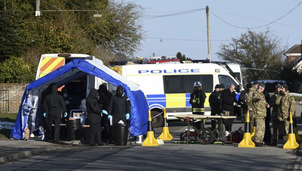 Various police, Army and other emergency service personal attend a scene in Durrington near Salisbury, England, Monday March 19, 2018, as a car is taken away for further investigation into the suspected nerve agent attack on Russian double agent Sergei Skripal and his daughter Yulia - Sputnik International