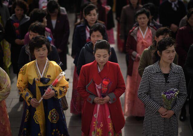 Возложение цветов к статуям лидеров КНДР Ким Ир Сена и Ким Чен Ира в Пхеньяне