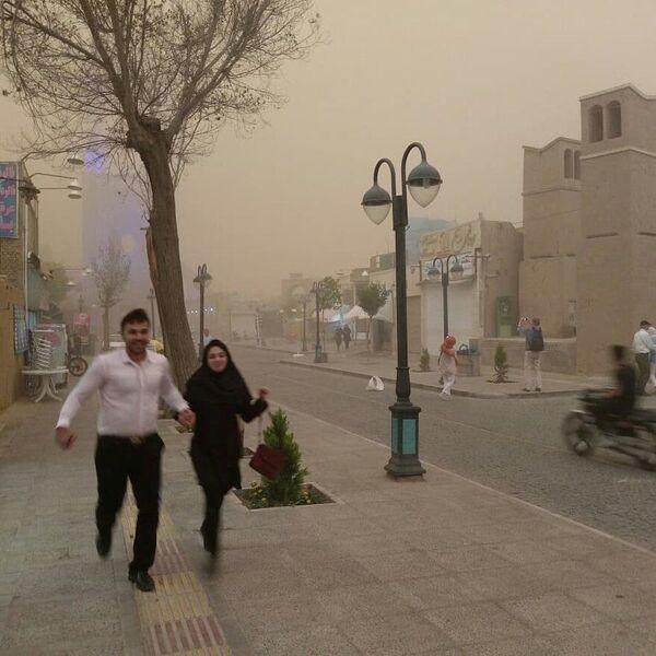 People seen running during a sandstorm in Yazd, Iran, April 16, 2018. - Sputnik International