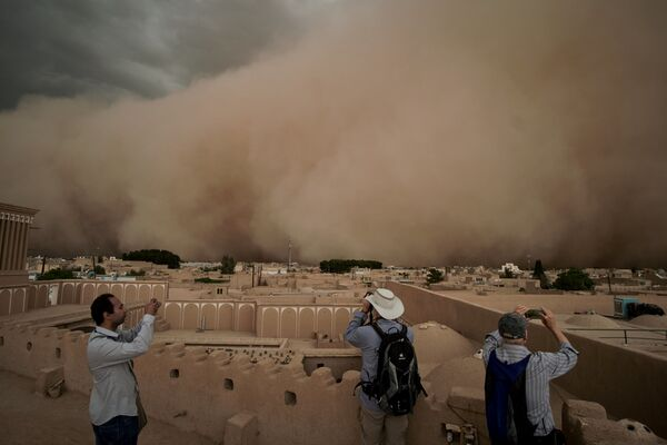 People take pictures of a sandstorm in Yazd, Iran April 16, 2018 in this image obtained from social media. Picture taken April 16, 2018. - Sputnik International