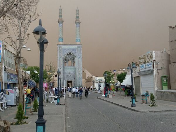 Jameh mosque (rear) is seen during a sandstorm in Yazd, Iran, April 16, 2018, in this picture obtained from social media. Picture taken April 16, 2018. - Sputnik International