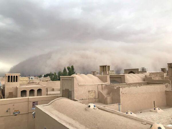 A sandstorm sweeps through Yazd, Iran April 16, 2018 - Sputnik International