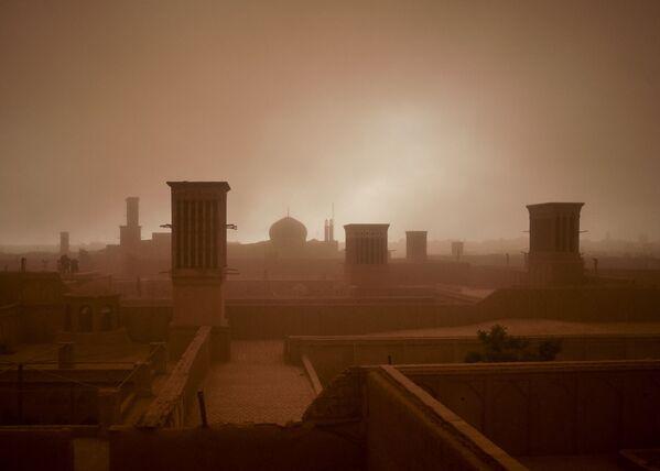 A sandstorm obstructs visibility in Yazd, Iran April 16, 2018 - Sputnik International
