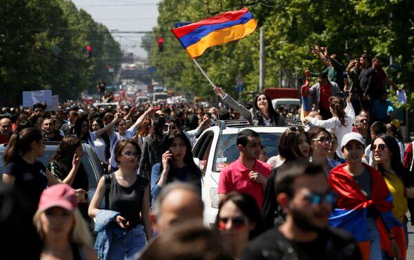 Supporters of Armenian opposition leader Nikol Pashinyan stage a rally in Yerevan, Armenia April 25, 2018 - Sputnik International