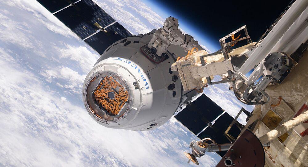 Космический грузовик SpaceX Dragon во время стыковки с МКС