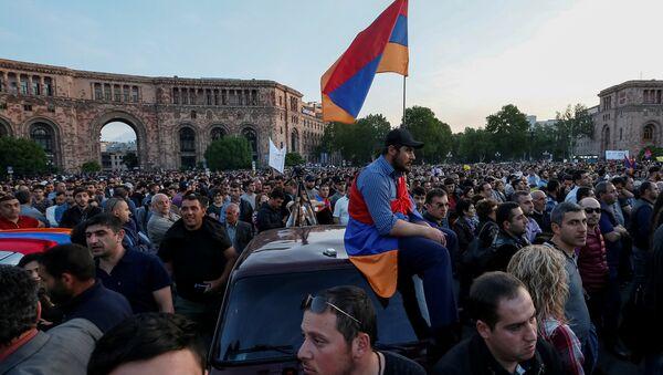 Supporters of Armenian opposition leader Nikol Pashinyan attend a rally against the ruling elite in Yerevan, Armenia April 26, 2018 - Sputnik International