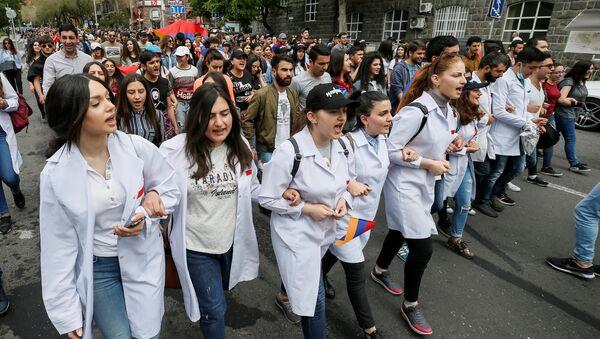 Armenian opposition supporters hold a rally in Yerevan, Armenia April 29, 2018 - Sputnik International