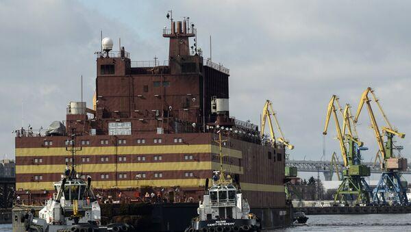 The Akademik Lomonosov floating nuclear power plant is towed from the Baltic Shipyard in St. Petersburg. - Sputnik International