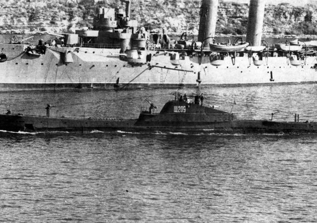 A Shchuka-class sub cruises alongside the Komintern cruiser