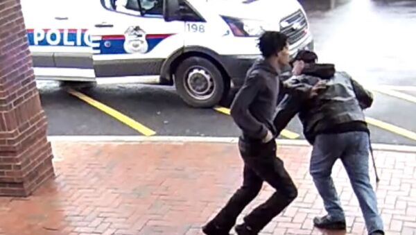 Fancy Footwork by a Good Samaritan Helps Nab Armed Suspect - Sputnik International