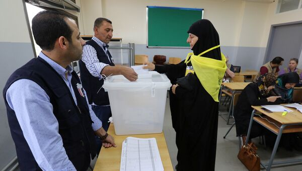 A woman supporter of Hezbollah casts her vote at a polling station during the parliamentary election in Tibnin, South Lebanon, May 6, 2018 - Sputnik International