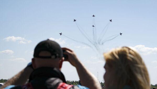 Twelve O'Clock High: Russian Aerobatic Teams Perform Stunts - Sputnik International