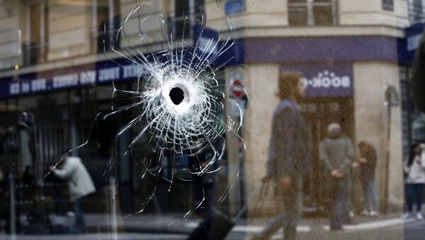 A bullet hole seen on the window of a cafe located near the area where the assailant of a knife attack was shot dead by police officers, in central Paris, Sunday May 13, 2018 - Sputnik International