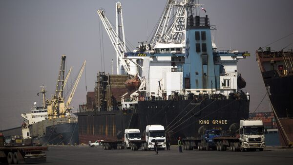 A cargo ship dockside to unload the shipping containers at Shahid Rajaee port, some 20 kms west of Gulf port city of Bandar Abbas on February 21, 2016 - Sputnik International