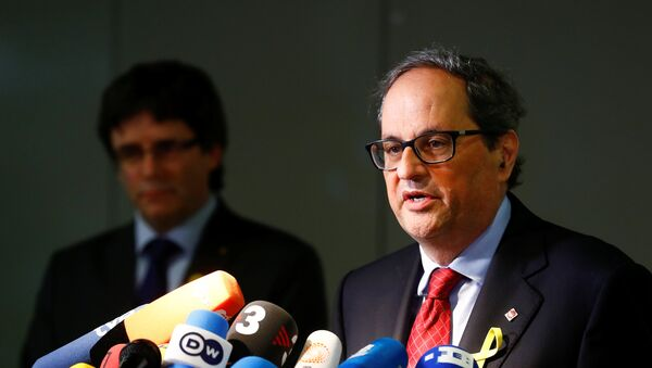 Newly elected regional leader of Catalonia Quim Torra (R) and his predecessor Carles Puigdemont attend a news conference in Berlin, Germany May 15, 2018 - Sputnik International