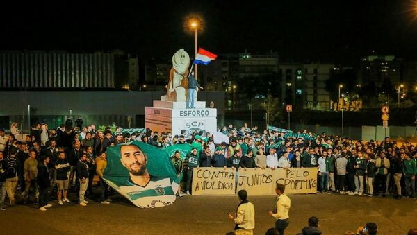 More than 500 Sporting fans gathered outside Alvalade last night to display their disgust with the hooligan attack and show their support to the players, technical staff and the club - Sputnik International