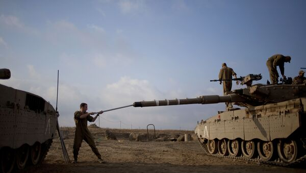 Israeli soldier work on a tank placed near the border with Syria on the Golan Heights (File) - Sputnik International