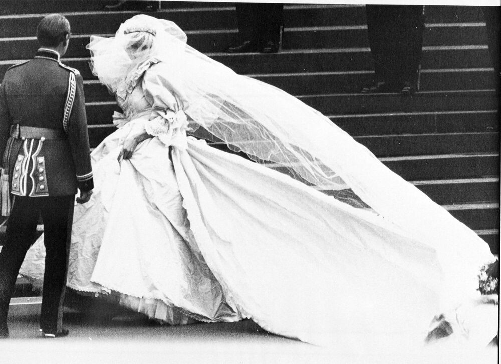 Bright Simplicity: Wedding Dresses of the British Royal Family